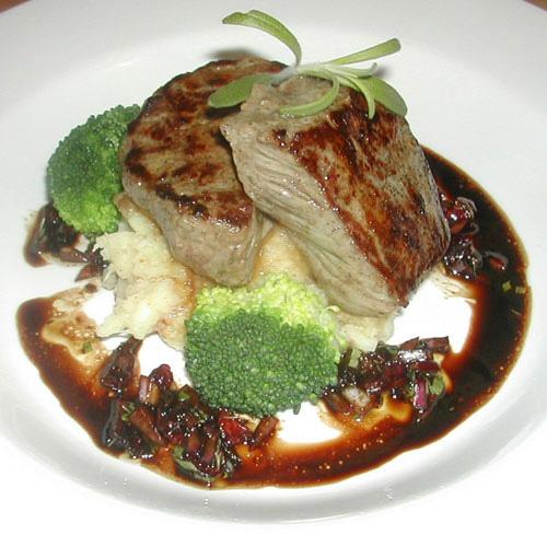 3. ret: Dyre-/oksemignon med grov rodfrugtmos, tranebærsalsa og broccoli